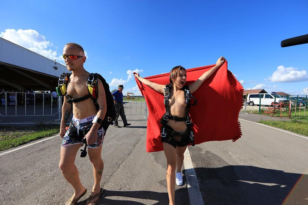 スカイダイビング全裸のエロおっぱい画像