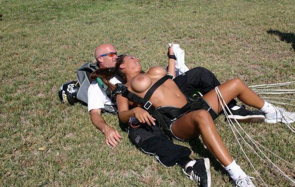 お宝なスカイダイビング全裸放送事故
