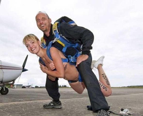 スカイダイビング全裸のセクシーエロ画像