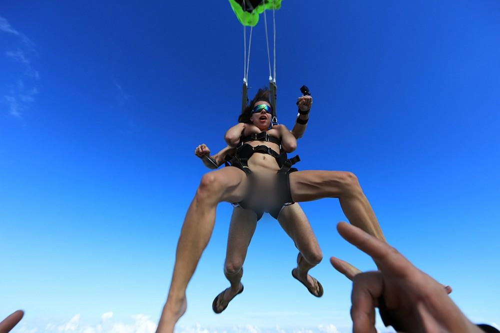 スカイダイビング全裸のマンスジパンモロ画像