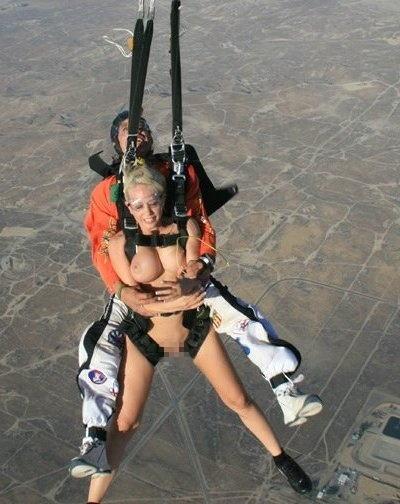 スカイダイビング全裸のパンチラ画像