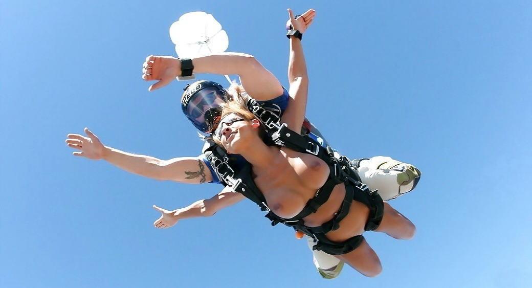 スカイダイビング全裸のAVエロ画像