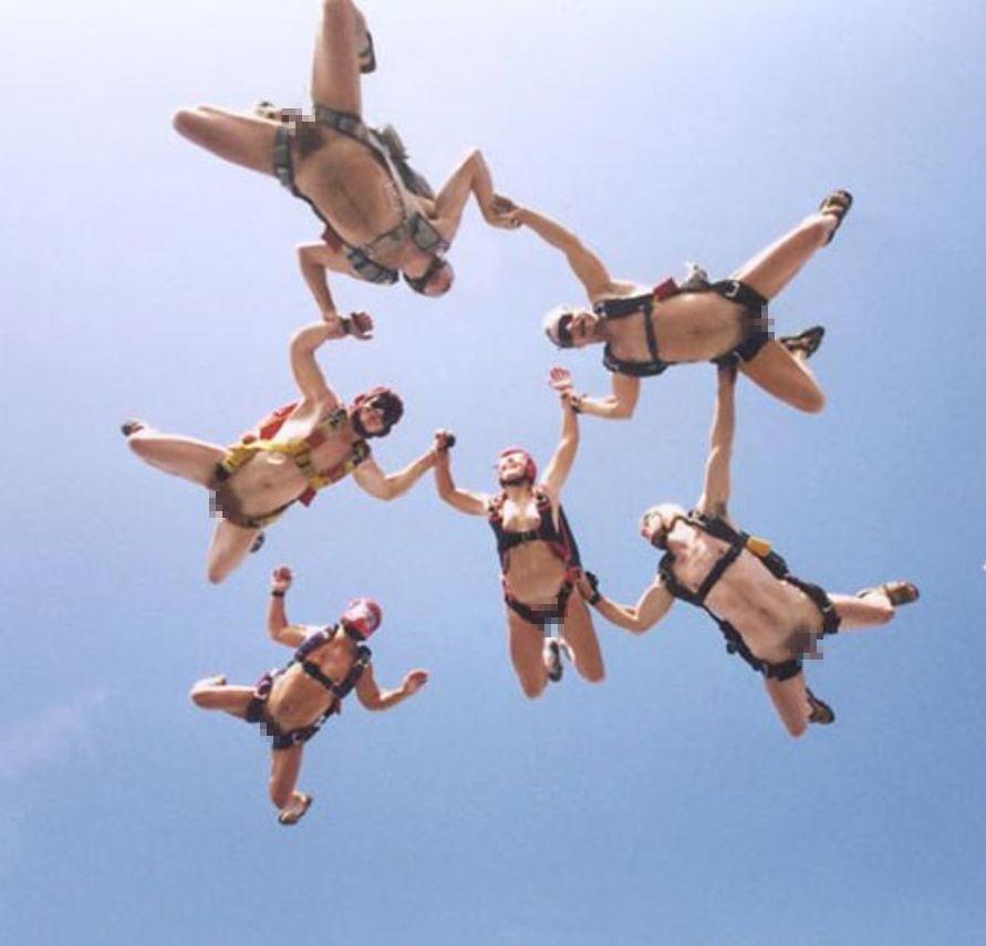 スカイダイビング全裸のお宝エロ画像