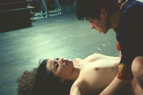 鈴木砂羽の全裸ヌードで露出画像