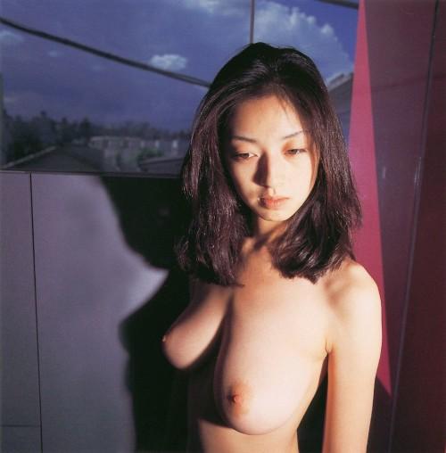 高岡早紀の巨乳で胸チラエロ画像