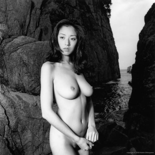 高岡早紀の全裸ヌードで露出画像