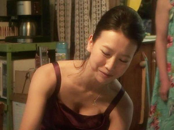 戸田菜穂の巨乳で胸チラエロ画像