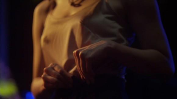 横山由依の全裸ヌードで露出画像