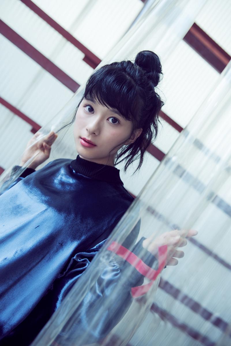 芳根京子の巨乳で胸チラエロ画像