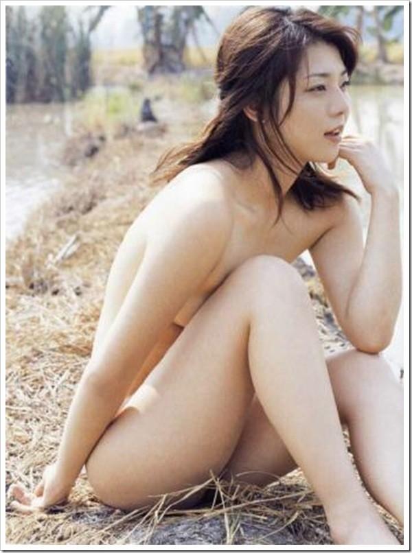 吉岡美穂の全裸ヌードで露出画像