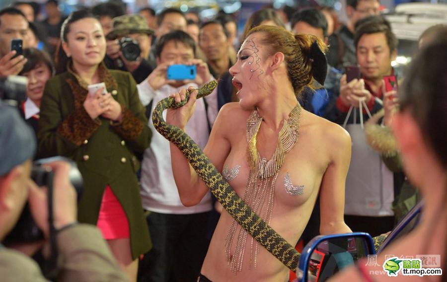 キャンギャル アジアにいるエロ画像