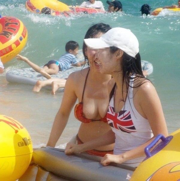 海やプールで水着ポロりのおっぱいエロ画像